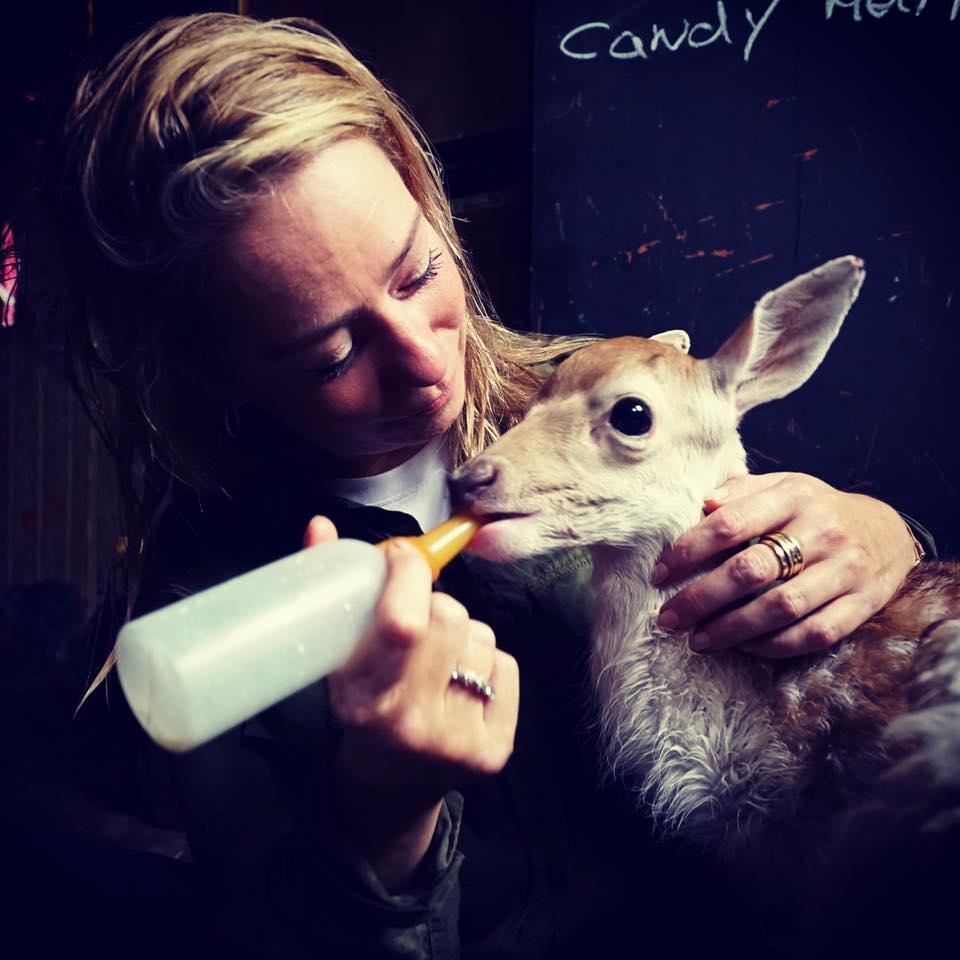 Karen Soeters geeft hertje de fles