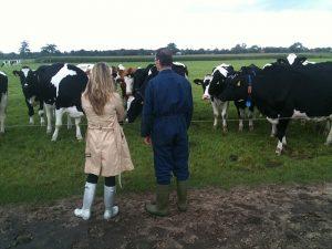 Karen Soeters bij de melkveehouder