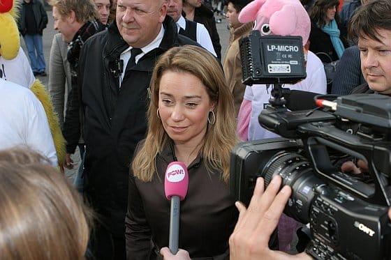 |n de media - Karen Soeters wordt geïnterviewd voor Powned
